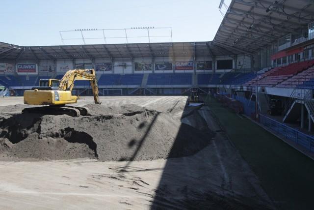 Na stadion Piasta Gliwice wjechał ciężki sprzęt. Obiekt otrzyma nową murawę. Zobacz kolejne zdjęcia. Przesuwaj zdjęcia w prawo - naciśnij strzałkę lub przycisk NASTĘPNE