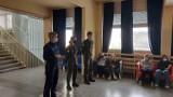 Kutnowska policja z uczniami I LO PUL promują zawód policjanta w szkole podstawowej
