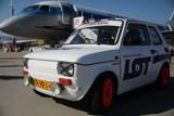 Kraków. Niezwykły wyścig na lotnisku w Balicach: Fiat 126 zmierzył się z Embraerem 175 PLL LOT