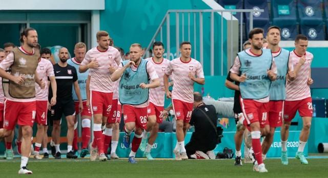 """Reprezentacja Polski już po trzech meczach fazy grupowej pożegnała się z Euro 2020. Postanowiliśmy sprawdzić, z kogo ani razu nie skorzystał Paulo Sousa w żadnym ze spotkań. Portugalczyk powołał na turniej 25 piłkarzy (nie licząc Radosława Majeckiego, który był """"treningowym"""" bramkarzem i kontuzjowanego Arkadiusza Milika) i trzeba przyznać, że skorzystał ze zdecydowanej większości zawodników, bo w trzech meczach wystąpiło 19 graczy. Szansy ani razu z tej grupy nie dał sześciu zawodnikom. Sprawdzamy komu i dlaczego.  Zobacz, kto nie zagrał ani minuty podczas Euro 2020 --->"""