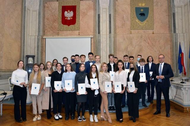 128 uczniów przemyskich szkół otrzymało stypendia prezydenta Przemyśla.