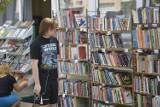 """Głogów: Na """"Skarbku"""" trwa kiermasz taniej książki. Można je kupić za grosze"""