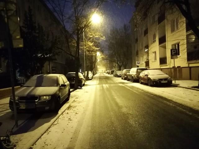 Od rana w Bydgoszczy pada śnieg. Na chodnikach i ulicach zrobiło się biało. W piątek w Bydgoszczy zapowiadane są słabe opady śniegu oraz deszczu ze śniegiem. Temperatura w ciągu dnia: 0 stopni Celsjusza. Jaka pogoda czeka nas w weekend?  Dziś w Bydgoszczy i regionie możemy spodziewać się dużego zachmurzenia oraz słabych opadów śniegu i deszczu ze śniegiem. Na ulicach i chodnikach w piątek rano zrobiło się biało.   WIĘCEJ ZDJĘĆ NA NASTĘPNYCH STRONACH  Zachowajcie ostrożność! W prognozie zagrożeń na dziś IMGW wspomina o możliwości wystąpienia oblodzeń w naszym regionie, ale o godzinie 7.31 nie obowiązywał żaden aktualny komunikat.  Nie mamy co liczyć jednak na zabawy w śniegu w Bydgoszczy. W sobotę temperatura wzrośnie. W najcieplejszym momencie dnia termometry pokażą 3 stopnie Celsjusza. Zapowiadane są przelotne opady deszczu ze śniegiem.   W niedzielę również przelotne opady deszczu ze śniegiem, ale będzie nieco chłodniej: około 0 stopni.  Strefa opadów nad Polską. Źródło: windy.com    Warto wiedzieć: Prognoza Zagrożeń (zwana również Prognozą Niebezpiecznych Zjawisk) to orientacyjna prognoza pogody, służąca wczesnemu informowaniu społeczeństwa o możliwości wystąpienia niebezpiecznego zjawiska meteorologicznego. Opracowywana jest ona przez synoptyka meteorologa w oparciu o jego wiedzę i dostępne w czasie opracowywania dane prognostyczne, pochodzące z obliczeń numerycznych modeli prognozowania pogody.   Ostrzeżenie meteorologiczne to specjalny rodzaj prognozy pogody skupiony tylko na zjawisku, które ze względu na swoje natężenie i sposób oddziaływania powoduje sytuacje niebezpieczne. Posiada ona najwyższy priorytet.       Stop Agresji Drogowej. Odcinek 5