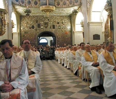 Kapłani wysłuchują nauk rekolekcyjnych i biorą udział we mszy, nieszporach i apelu jasnogórskim.  Foto : VIOLETTA GRADEK