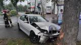 Wypadek koło McDonald's w Piotrkowie: BMW wpadło na chodnik i drzewo [ZDJĘCIA, WIDEO]
