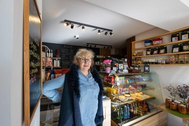 """Pani Janina woli być przygotowana na wypadek, gdyby ze strony ZDMiKP zażądano od niej, by udowodniła, że kiosk, w którym mieści się obecnie kawiarenka """"Dlaczego Leśne"""", istniał w tym miejscu już w 1985 roku"""