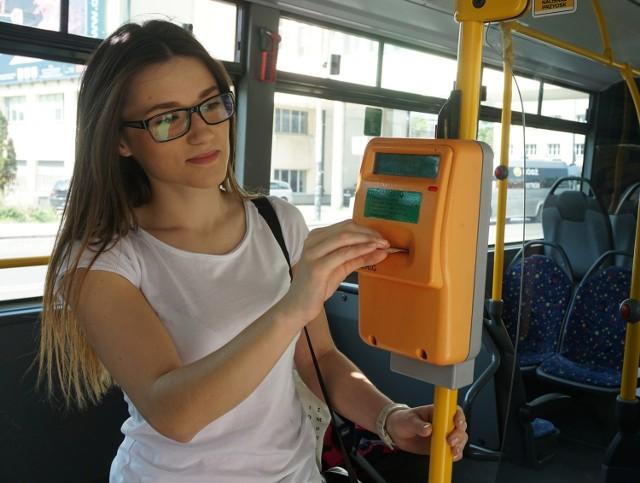 Od 1 maja 2021 r. w Łodzi będą obowiązywać wyższe ceny za niektóre bilety komunikacji miejskiej. W związku z tym w wolnych od pracy dniach 1-3 maja od rana będą czynne trzy punkty sprzedaży biletów Miejskiego Przedsiębiorstwa Komunikacyjnego. CZYTAJ DALEJ NA NASTĘPNYM SLAJDZIE>>>