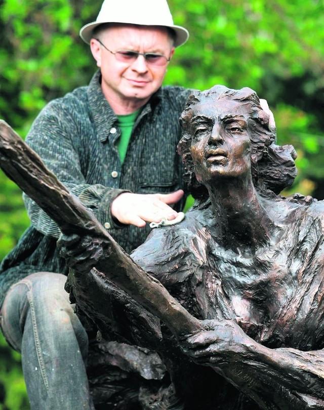 Artysta Jacek Kiciński wykonał czarownicę