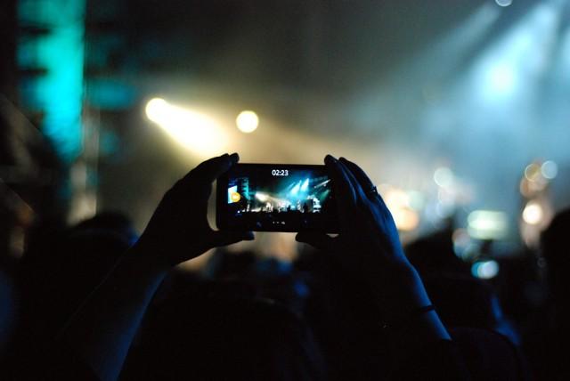 Koncertu iPhonem możesz już nie nagrać. Kamery będą zdalnie wyłączane