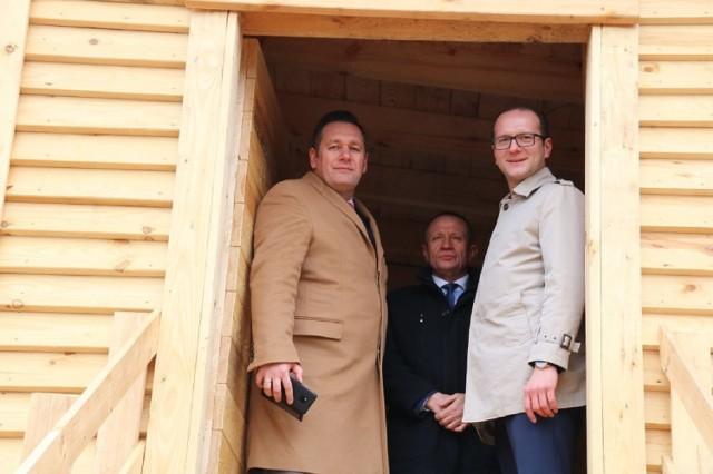 Burmistrz Dąbrowy (z prawej) nie chce już finansować wydziału komunikacji sokólskiego starostwa. Liczy, że starosta (z prawej) weźmie jego utrzymanie na swoje barki
