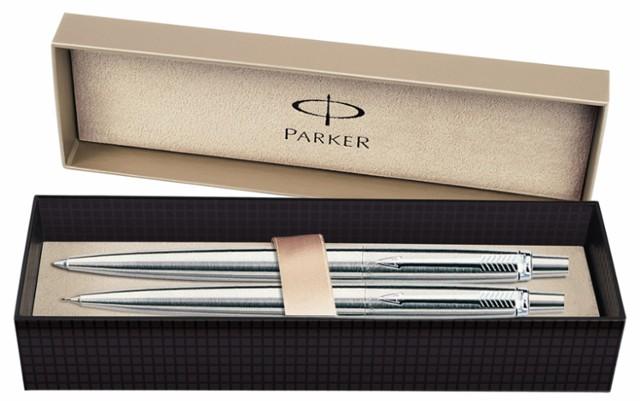 Prezent dla dziadka. Zestaw długopis + ołówek  Klasyka wzbogacona szczyptą fantazji. Długopis oraz ołówek automatyczny dla osób zdecydowanych,szukających ponadczasowych rozwiązań w efektownym pudełku premium.  cena: około 73 zł.  Czytaj też: PREZENTY NA DZIEŃ BABCI. Zobacz nasze propozycje podarunków
