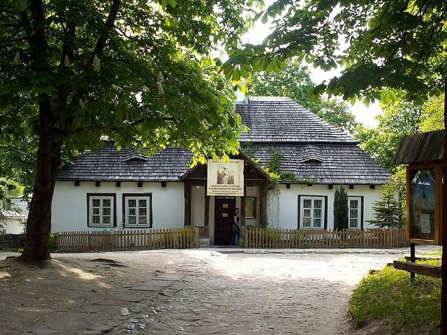 Wystawę możemy oglądać na dziedzińcu Dworku Laszczyków w Kielcach.