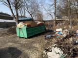 Dzikie wysypisko przy cmentarzu żydowskim w Krakowie w końcu uprzątnięte! Pomogli strażnicy miejscy
