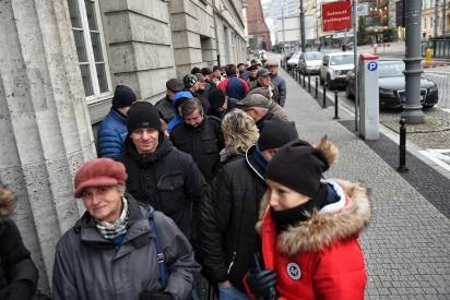 NBP Poznań: Długa kolejka chętnych po monety z okazji 100. rocznicy wybuchu Powstania Wielkopolskiego [ZDJĘCIA]