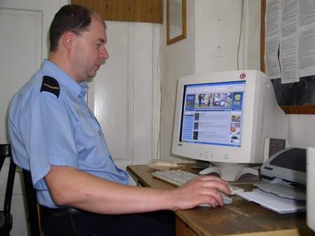 Młodszy inspektor Zdzisław Sztwiertnia przegląda nowe strony Straży Miejskiej.