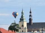 W niedzielę nad Kielcami pojawił się balon... promujący szczepienia przeciw COVID-19. Wzbudzał zainteresowanie (ZDJĘCIA)