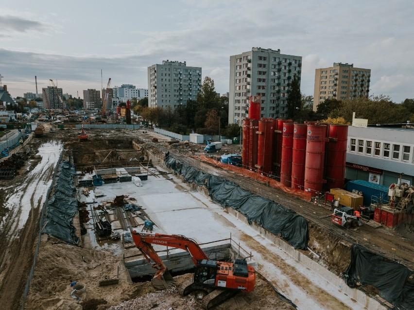 Widok na otwarty na powierzchni fragment budowy.