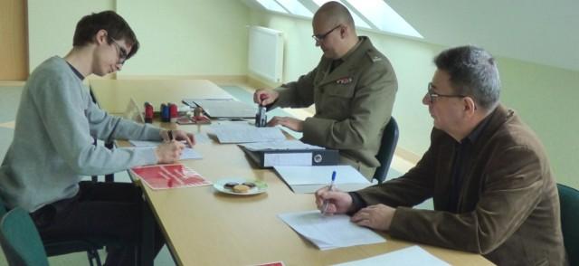 Major Przemysław Zaczek (w środku) prowadził tegoroczną kwalifikację wojskową w powiecie buskim.