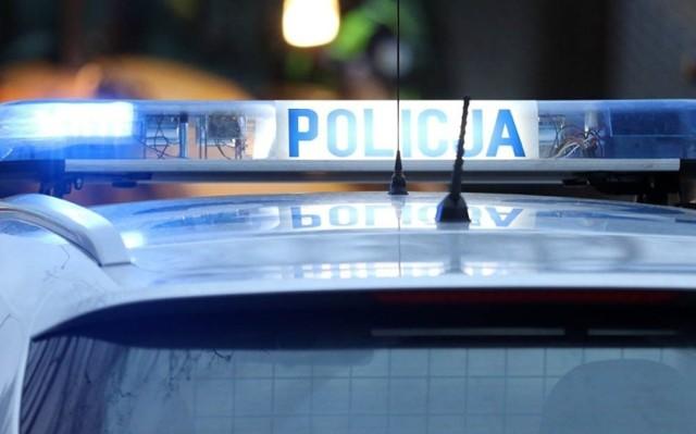 Na miejsce szybko przyjechała zaalarmowana policja, która zaczęła poszukiwania sprawcy napadu.