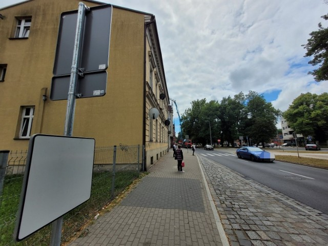 Od kilku dni brakuje wiat na przystankach po obu stronach ulicy Kopernika w Słupsku. W zamian postawiono tam metalowe słupy, które czekały na oznakowanie jako przystanek autobusowy oraz na rozkłady jazdy. Mieszkańcy zastanawiali się, czy w takim razie przystanki nadal funkcjonują i czy warto czekać na autobus.
