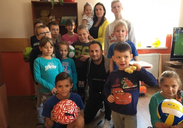 Mariusz Frąckowiak, który prowadzi blog www.hellosport.pl osobiście przywiózł piłkę Arenalu dzieciom z Chełmna