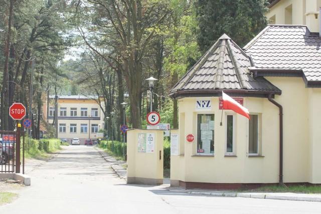 Szpital w Wolicy pod Kaliszem. Duchowni i wojskowi pomagają personelowi medycznemu