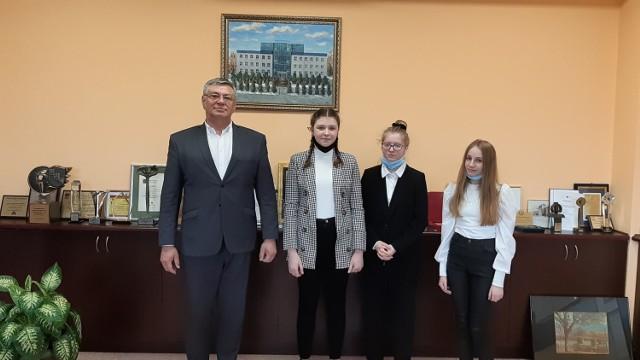 Uczennice z Wichowa: Julia Ciarkowska (klasa VIII), Laura Sikorska (klasa VIII), oraz Julia Przybyszewska (klasa VI) z Krzysztofem Grządzielem, przedsiębiorcą z Włocławka.