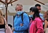 Czy osoby zaszczepione na COVID-19 nie będą musiały nosić maseczek? Taki jest pomysł rządu!