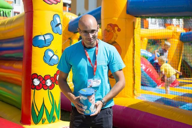 Wolontariusze w niebieskich koszulkach zbierają pieniądze dla 7-letniego Aleksa