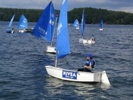 Już w sierpniu Jezioro Charzykowskie zapełni się łódkami z niebieskimi żaglami - tak jak miało to miejsce w 2004 roku. Fot. Archiwum