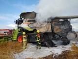 Pożar kombajnu na polu uprawnym w Gościęcinie w gminie Choczewo