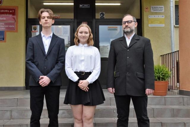 Sporo matematycznych sukcesów odniosło dwoje zdolnych uczniów Szkoły Podstawowej nr 5 w Inowrocławiu - Adrian Paternoga i Iga Czachorowska, którzy pracowali pod okiem nauczyciela matematyki Dariusz Adamusa. Wszyscy na zdjęciu