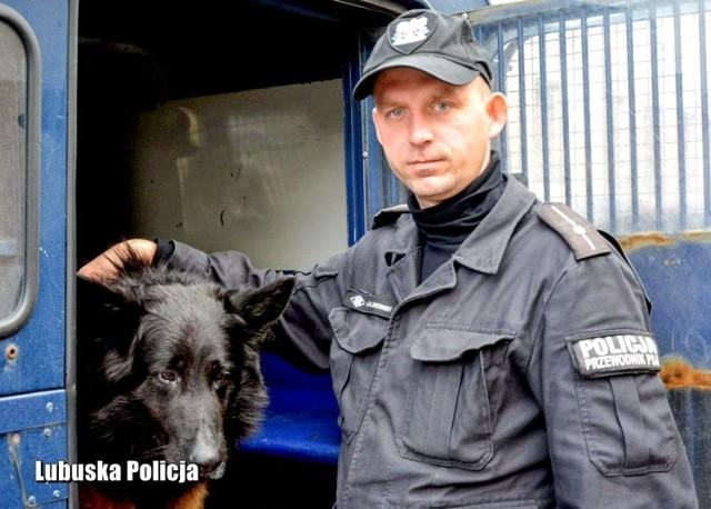 Przez dziesięć lat Homar tworzył doskonały tandem wraz ze swoim przewodnikiem starszym aspirantem Andrzejem Malinowskim. Jako pies patrolowo-tropiący miał na swoim koncie wiele sukcesów. Był przyjacielem dla dzieci, groźny dla przestępców.