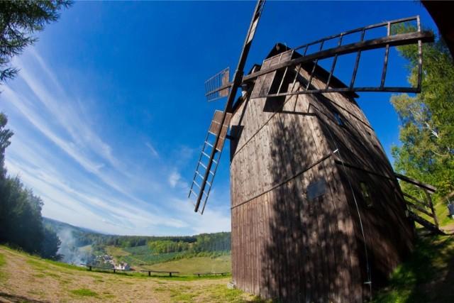 Góry Stołowe to pasmo górskie w Sudetach Środkowych z wyjątkowymi formami skalnymi. Znajdziemy tam m.in. Małpę i Fotel Pradziada. Będziecie zachwyceni.   Z Wrocławia do podnóża Gór Stołowych mamy 115 km, a więc ok. 2 godziny jazdy samochodem.