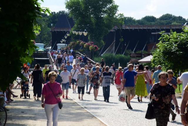 Piękna pogoda oraz liczne atrakcje sprawiły, że w niedzielę, 4 lipca, inowrocławskie Solanki wypełniły się tłumem turystów, kuracjuszy i mieszkańców Inowrocławia. Zobaczcie zdjęcia z Parku Zdrojowego >>>>