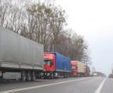 W Dorohusku i Hrebennem kierowcy tirów godzinami stoją w kolejkach do odprawy