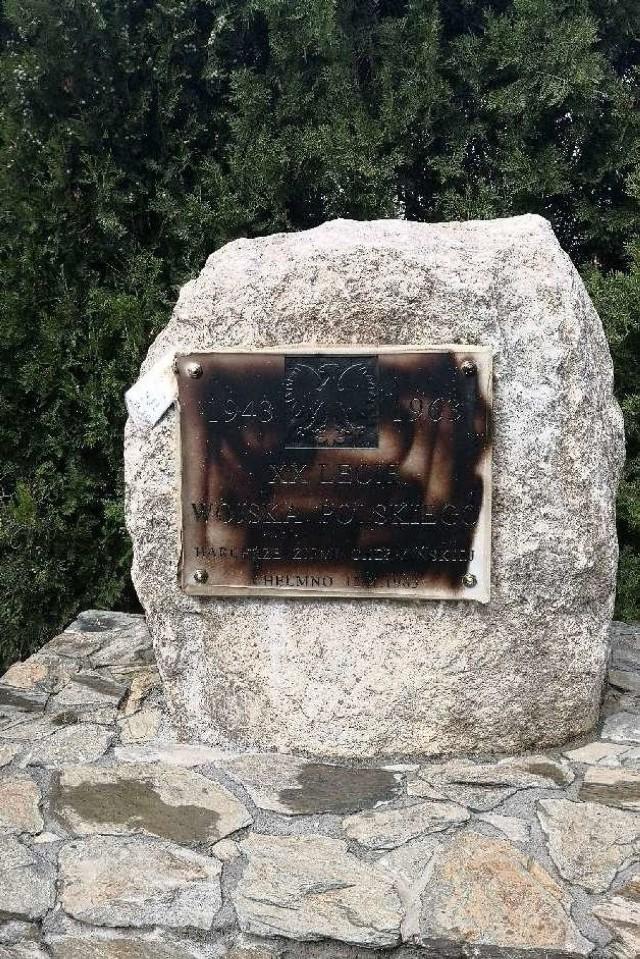 Sprawca, który zamalował farbą napisy widniejące na tablicy pomnika, został zatrzymany.