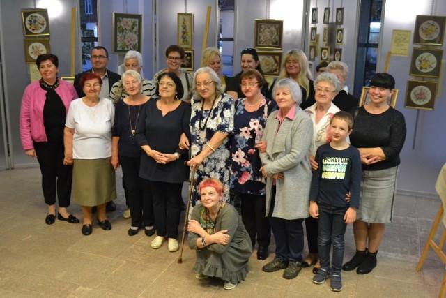 Krystyna i Anna Kłosowicz zaprezentowały swoje haftowane prace na wystawie w jaworznickiej bibliotece