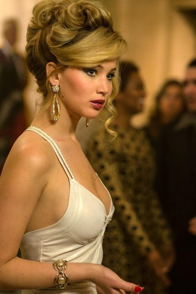 """American Hustle miał """"pozamiatać"""" podczas gali rozdania Oscarów. Zdobył aż 10 nominacji. Statuetki jednak żadnej. Jennifer dodała temu obrazowi wiele uroku."""
