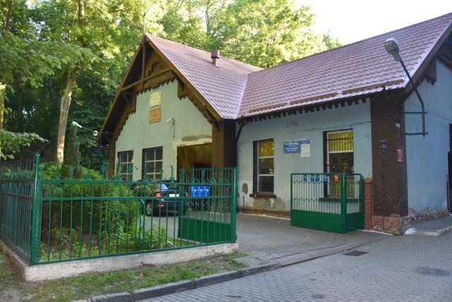 Zdaniem Łukasza Brządkowskiego, kawiarenka-pijalnia mogłaby powstać w obecnie zamieszkałym budynku w parku