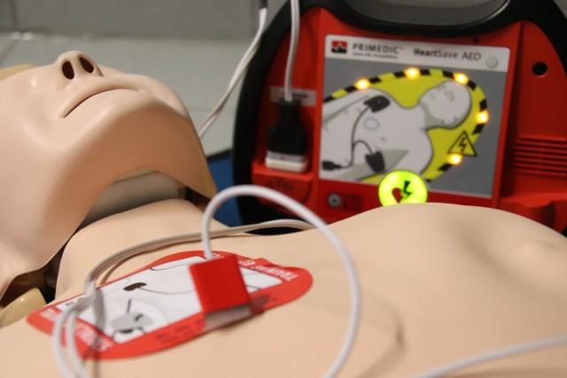 """Tegoroczny konkurs """"Uratuj życie"""" rozegrano wyłącznie w internecie. Na zdjęciu manekin do nauki udzielania pierwszej pomocy oraz defibrylator AED."""