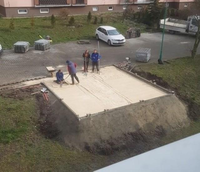 Trwa budowa śmietnika na Osiedlu Piłsudskiego w Busku - Zdroju. Mieszkańcy nie zgadzają się na jego lokalizację przy blokach 5,6,8,9.