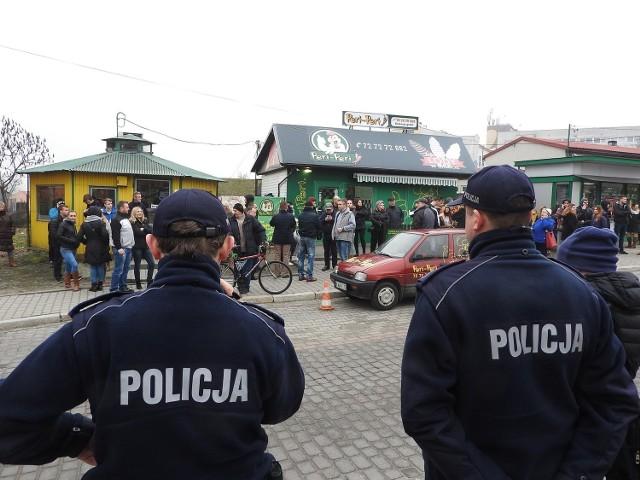 Protest przebiegał wyjątkowo spokojnie. Policja nie interweniowała ani razu. Kilkadziesiąt osób po prostu stało na przystanku i w jego okolicach.