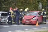 Wypadek między Głogowem a Serbami. Zderzyły się trzy auta. Są duże utrudnienia. ZDJĘCIA
