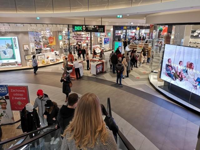 Jak podaje PRCH, miesiącem o najniższych wynikach był kwiecień, w którym centra handlowe działały w mocno ograniczonym zakresie, czego konsekwencją był spadek obrotów o 80 proc.