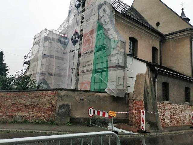 Mur kościoła bernardynów w Tarnowie. Po tym, jak skuto tynki można było zobaczyć dwa rodzaje cegieł. Większe pochodziły z rozebranego częściowo zamku na Górze św. Marcina