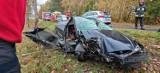 """Auto uderzyło w drzewo. Wypadek koło Jelenia na krajowej """"dwudziestce"""" [zdjęcia]"""