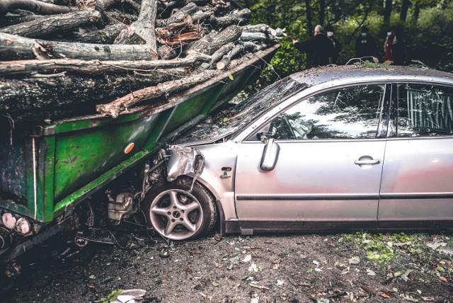 Do zdarzenia doszło w sobotę 17 października na trasie Mosina-Witnica. Volkswagen Passat zderzył się z przyczepą wiozącą drzewo. Auto zostało mocno uszkodzone.    Czytaj więcej na kolejnych slajdach. Posługuj się klawiszami strzałek, myszką lub gestami