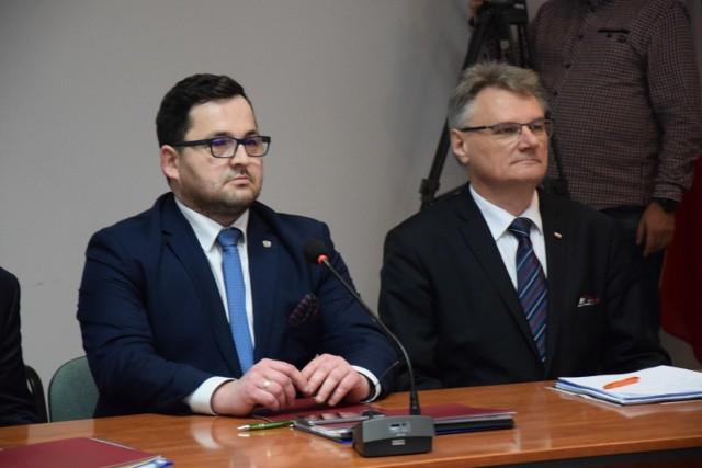 Nadal nie wiadomo, kiedy zostanie wznowiona sesja rady powiatu i czy jej przewodniczący oraz jeden z członków zarządu powiatu utrzymają stanowiska