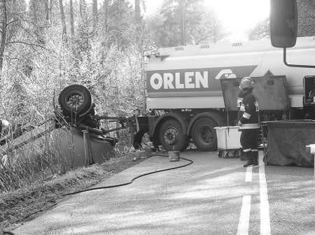 Z powodu wypadku cysterny droga Bytów-Chojnice została wczoraj zablokowana na kilka godzin. Fot. Gabriela Gusztyn-Popławska